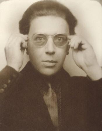 André Breton à lunettes